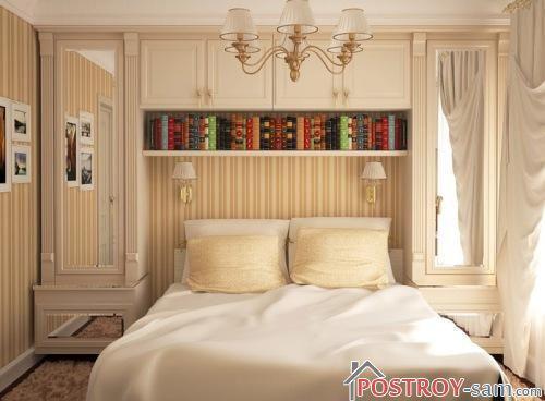Маленькая спальня с полосатыми обоями