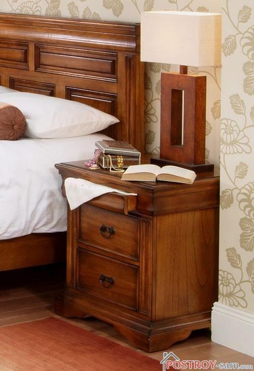 Деревянная тумбочка в спальне
