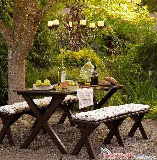 Деревянный стол и скамейки садовые
