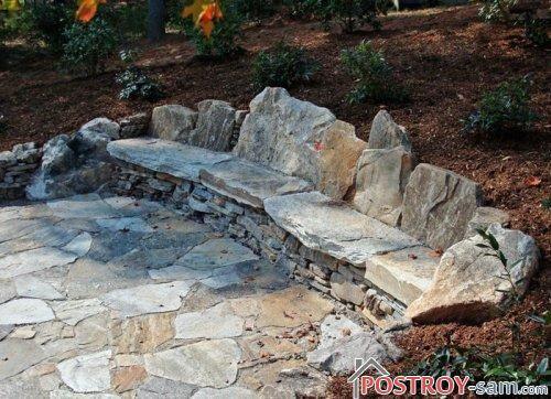 Скамейка из необработанного камня