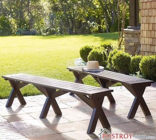 Деревянные скамейки возле дома. Фото