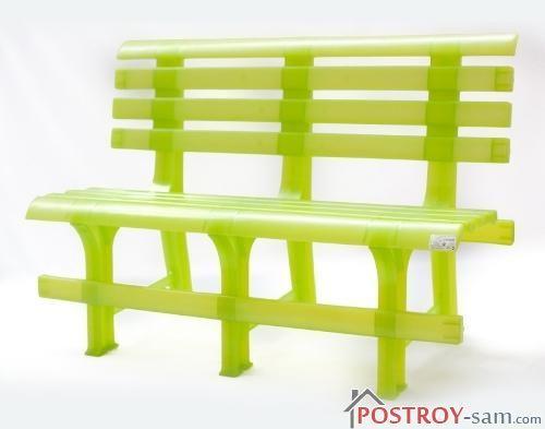 Полупрозрачная пластиковая садовая скамейка