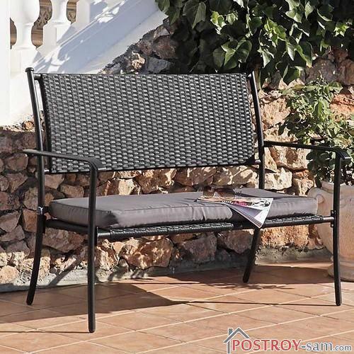 Металлическая скамейка со спинкой и сиденьем из ротанга