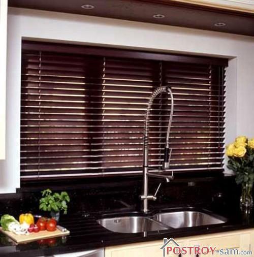 Темно-коричневые жалюзи для кухни