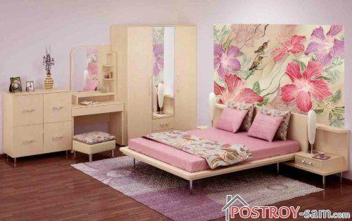 Цветы на стенах в спальне