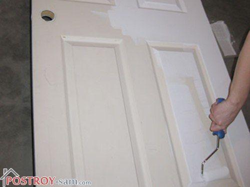 Деревянная дверь, которая ранее красилась
