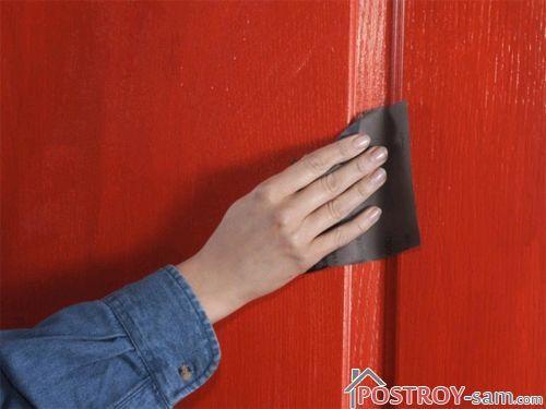 Обработка двери наждачной бумагой
