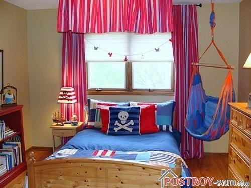 Красные занавески в комнате мальчика