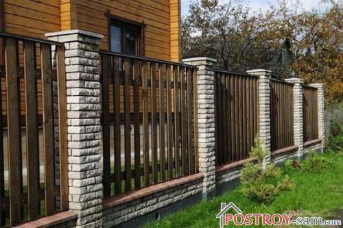 Дощатый забор с кирпичными столбами