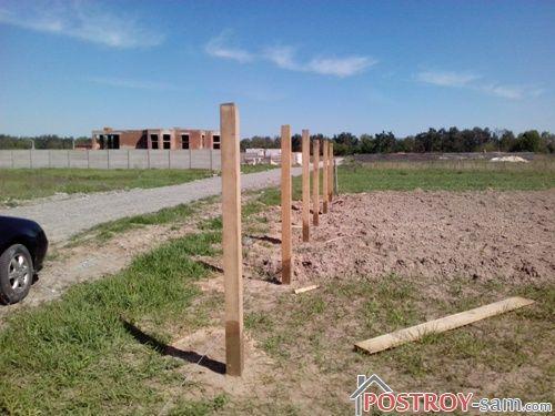 Установка деревянных столбов забора