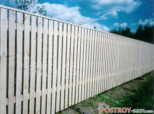 Как построить дощатый забор своими руками?