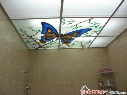 Красивый потолок в ванной комнате