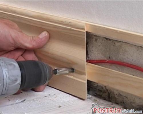 Провода за плинтусом на полу