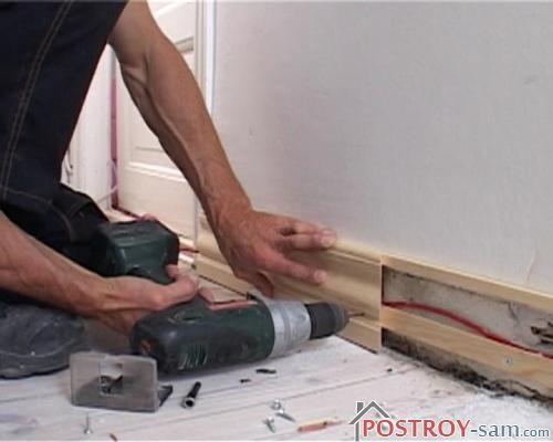 Как спрятать провода на полу в плинтус? Видео