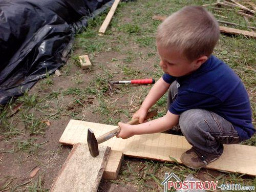 Ребенок строит песочницу