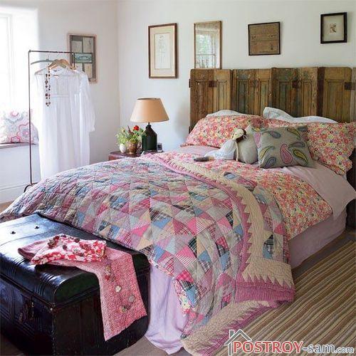 Светильник возле кровати