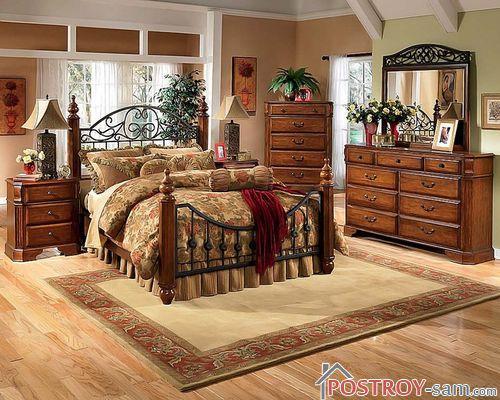 Большая деревянная кровать