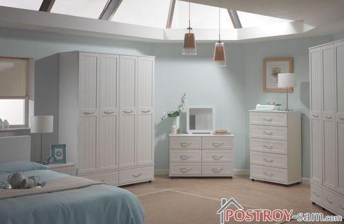 Белая спальня с голубым