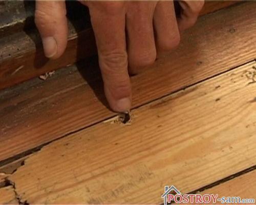 Отверстия в деревянном полу
