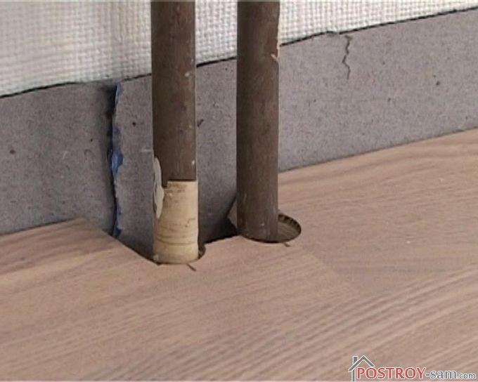 Укладка паркетной доски возле труб