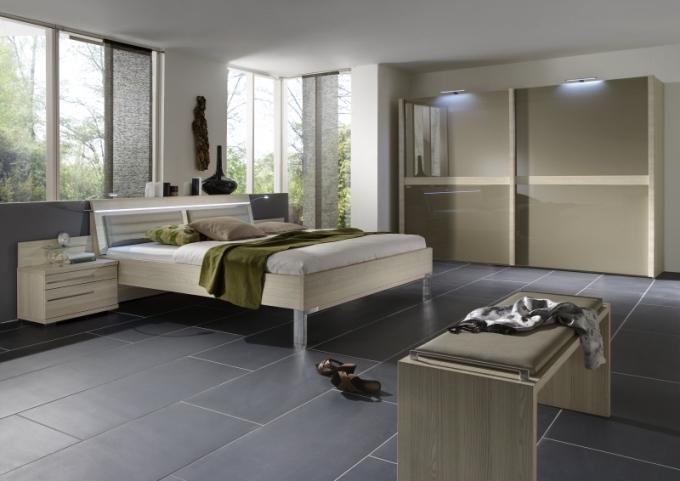 Мебель для спальни с окнами