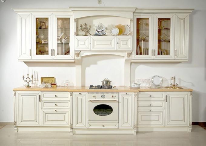 Современная классическая кухня в белом цвете