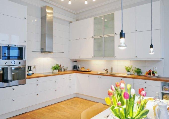 Белая кухня с прозрачными шкафчиками