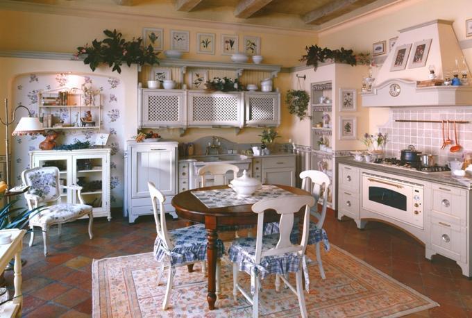 Белая кухня с решетчатыми фасадами