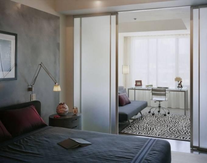 Раздвижные дверцы в зонировании комнаты