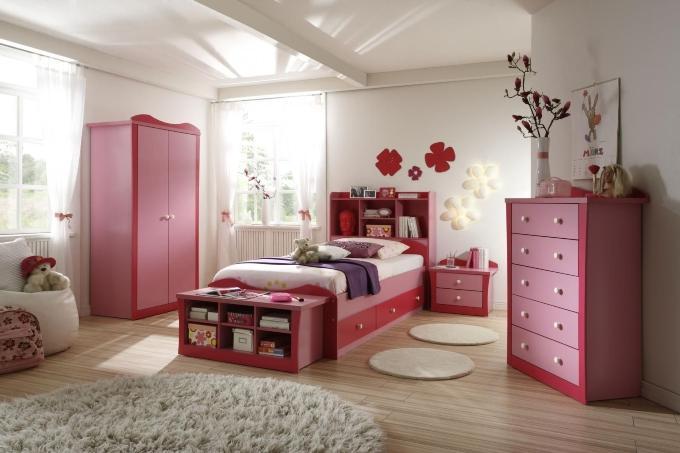 Просторная и светлая комната для девочки