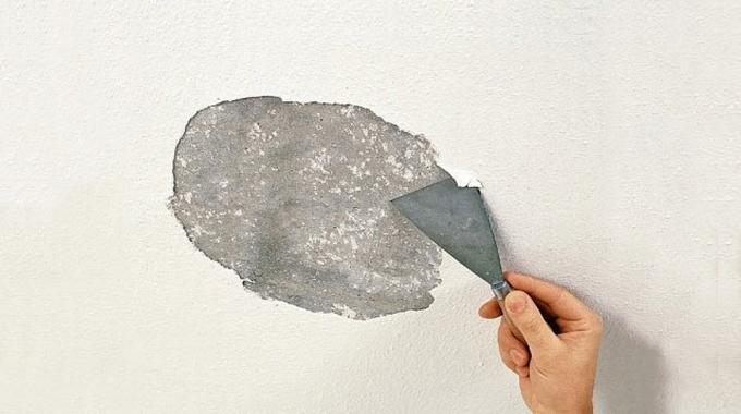 Удаление водоэмульсионки с потолка