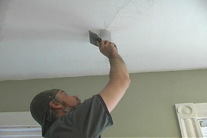 Заделывание трещин на потолке