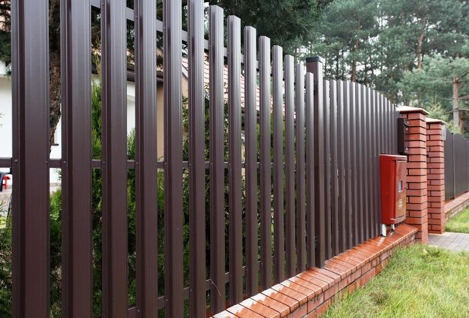 Металлический забор для участка фото
