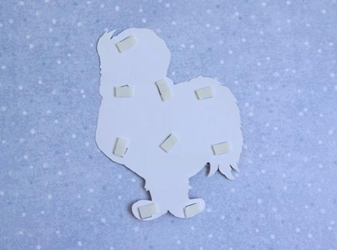 Крепим двухсторонний скотч на изображение петуха