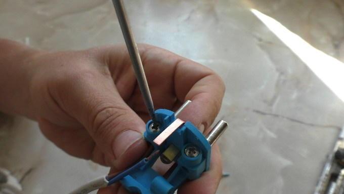Закрепляем провода винтами
