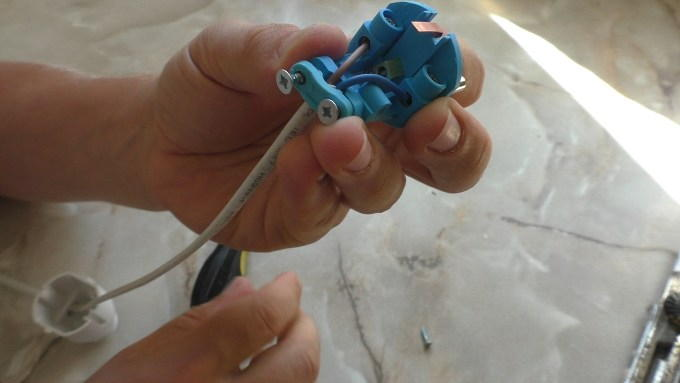 Фиксируем кабель в вилке