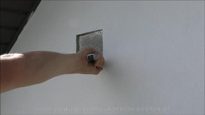 Срезаю фасадную сетку в вентотверстий