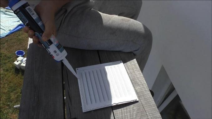 Наношу герметик на вентиляционную решетку