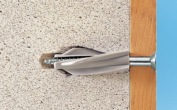 Как прикрепить деревянный брус к стене из газоблока