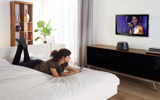 На какой высоте вешать телевизор в разных комнатах дома