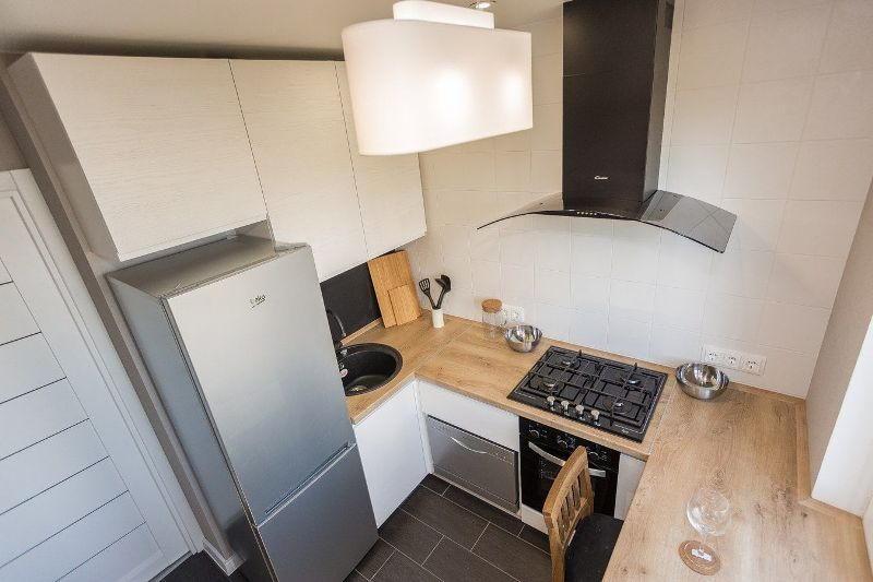 Интерьер небольшой кухни с кухонным гарнитуром